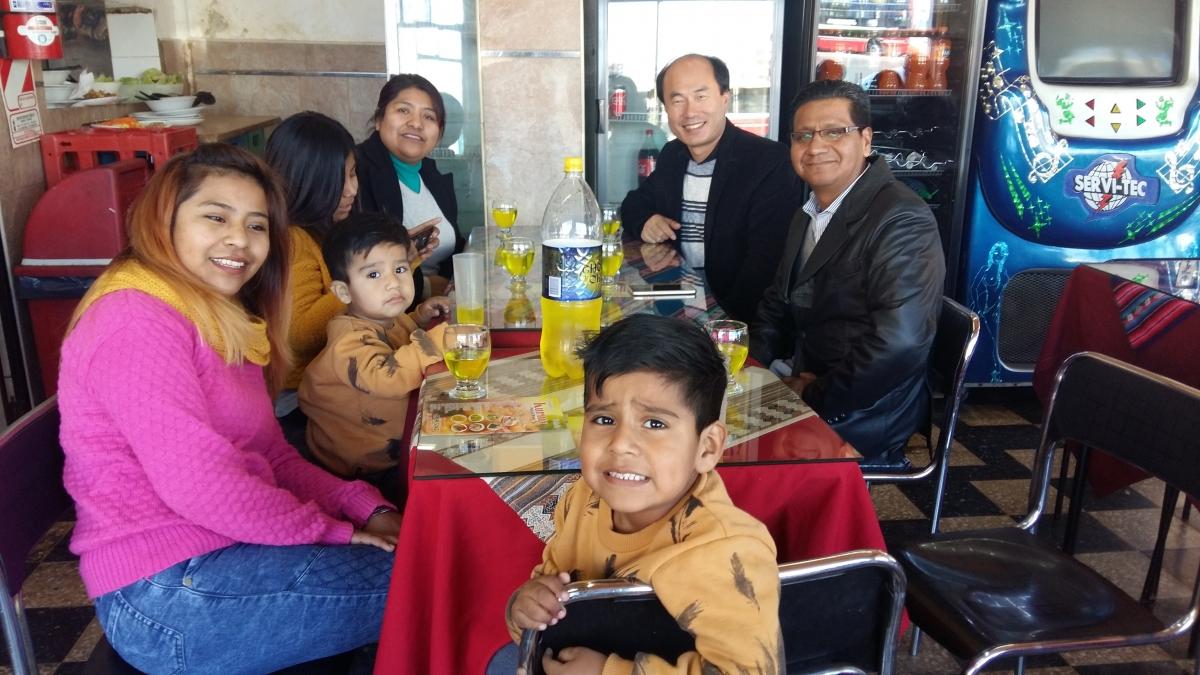Santos 목사 가족과 함께.jpg